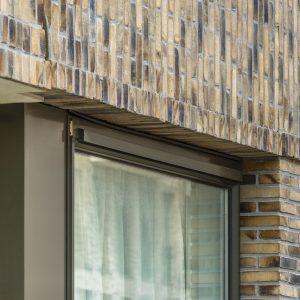 Door samenwerking tussen architecten en leveranciers is het Invisivent raamventillatierooster van Renson geïntegreerd in de raamprofielen van Reynaers.
