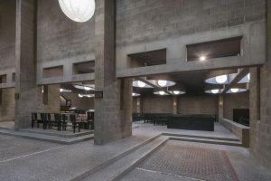 Het indirecte lichtspel in de kerk, de zachte overgangen tussen de verschillende ruimten en de losse plaatsing van het altaar en de kapellen te midden van de daaromheen vloeiende ruimte, zorgt voor een steeds wisselende relatie tussen bezoeker en gebouw. Foto Peter de Ruig