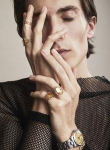 Nieuwe ringen als nieuwe erfstukken. Deze sieraden van wit en geel goud met een ruitvorm  waarin een silhouet is verwerkt, brengt  Eurlings onder eigen  label uit. Foto Barrie Hullegie.