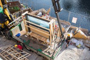 De gevelbouwer krijgt het balkon als een kant en- klaar product dat enkel nog gemonteerd moet worden.