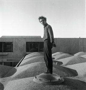 Aldo van Eyck op het dak van het Burgerweeshuis, 1960 • Foto J J van der Meyden, Aldo van Eyck Archief.