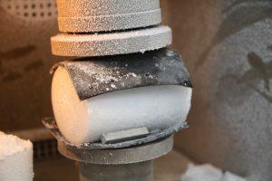 Een ijs specimen met 1,5 % natriumchloride (NaCl) tijdens een druksterktetest bij -70°C