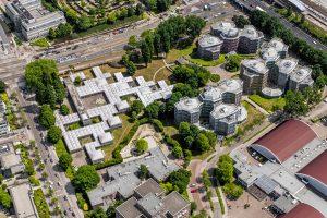 Vanuit de lucht oogt het Burgerweeshuis als een geometrische kashba met twee diagonale lijnen van grote koepels © foto | photo John Gundlach/Hollandse Hoogte