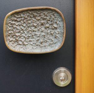 Een bijzondere deurknop siert de deur van het Oerhuis. Foto Jacqueline Knudsen