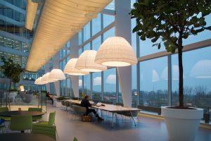 Entresol in het atrium van gebouw The Edge. De onderzijde van de luchtbruggen zijn voorzien van wit spandoek, waar diffuus licht door schijnt.