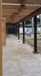 Oude houten balken en spoorrails als bouwmateriaal