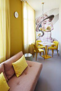 Kamers in Hotel Modez in Arnhem. Het glas van de Hexagon bijzettafels is intens van kleur doordat de tinten brons, blauw en groen door en door zijn gekleurd. Op de muur werk van modefotograaf Sabrina Bongiovanni . Foto: Rene Mesman.