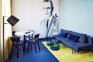 Kamers in Hotel Modez in Arnhem. Het glas van de Hexagon bijzettafels is intens van kleur doordat de tinten brons, blauw en groen door en door zijn gekleurd. Op de muur werk van mode-illustratror Sjoukje Bierma. Foto: Rene Mesman.