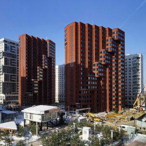 Dutch House bestaat uit twee appartementenblokken van 18 en 21 verdiepingen, i.o.v. Krost. Oplevering voorjaar 2018. Ontwerp i.s.m. A-Projekt.