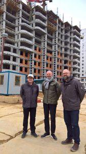 TPDVSP Paul de Vroom, Henk Bultstra en Bert Karel Deuten op de bouwplaats voor het Dutch House in Moskou, 2017.