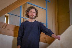 Raoul Vleugels is architect, bouwer en bewoner van het Oerhuis. Foto Jan Mateboer