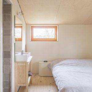 De slaapkamer van de ouders van Vleugels, met een douche. Foto Jan Mateboer