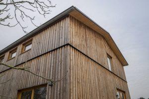 De gevels zijn bekleed met larikshout. De horizontale strip en het dak zijn van staal. Foto Jan Mateboer