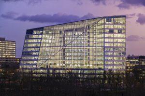 Doelbewust is gekozen voor een groot atrium aan de noordzijde, zodat de kantoren veel daglicht krijgen zonder oververhit te raken. Vanaf de A10 is het atrium een blikvanger