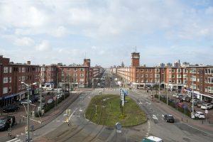 De as van de Goeverneurlaan met op de voorgrond het Lorentzplein. De torens vormen contrapunten in de strenge symmetrische opzet van de bouwvolumes.  ©Peter de Ruig