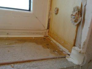 De binnendichting is aan de onderzijde niet ver genoeg doorgezet. Bij de zijaansluiting is de  binnendichting niet tussen kozijn en stelkozijn aangebracht en daarom niet functioneel