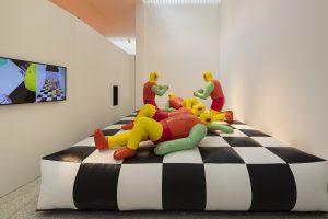 Co-curator Mark Wigley heeft de uitgangspunten van New Babylon van Constant op verschillende manieren uitgelicht, o.a. als 'inflatable' installatie van de spelende mens
