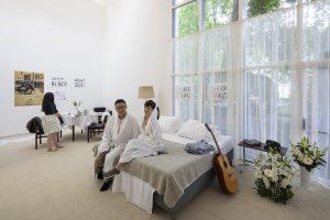Co-curator Beatriz Colomina maakte een replica van hotelkamer 902 in het Amsterdamse Hilton, waar John & Yoko in 1969 hun interviews gaven