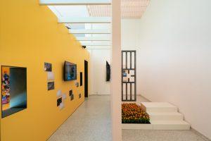 Co-curator Amal Alhaag toont de dehumanisering van arbeid in een architectonische studie van het slavenfort in Elmina