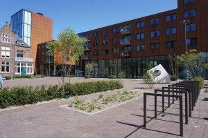 Stedelijk plein met fietsnietjes en plantenvakken. Foto Jacqueline Knudsen.