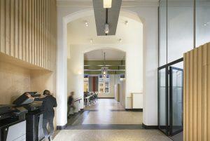 DP6 ontwierp voor DUWO hangende panelen t.b.v. ventilatie, verlichting en akoestiek. Foto Gerard van Beek.