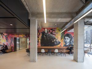 Interieur met kunst aan de muur. Foto: Ossip van Duivenbode