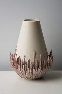 In Japan zag Wubben een machine waar druppeltjes  porselein af dropen. Dat inspireerde hem tot de serie vazen en schalen Ceramic Current.