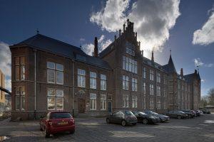Gebouw voor Physica en Elektrotechniek aan had haar hoofdentree aan de Kanaalweg, hier is nu de entree van het PhD House. Foto Gerard van Beek