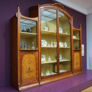 Bouwmeester en meubelmaker J.P.J. Lorrie maakte deze kolossale vitrinekast voor de Haagse serviezenwinkel Philippona. Foto Knudsen