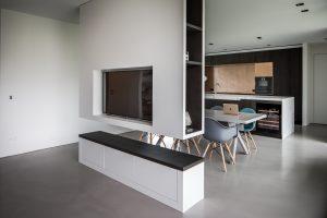 Een hangende kast scheidt eetkamer en woonkamer.