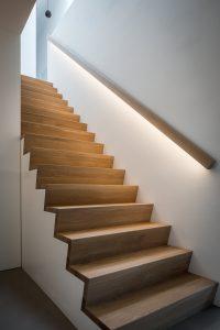 Strak gedetailleerde trap, eronder zijn bijna onzichtbaar lades.