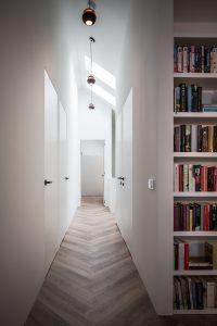 Gang op de verdieping, het schuine dak is overal ervaarbaar. de deuren zijn kozijnloos.