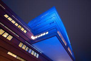 De toren van het stadhuis Waalwijk baadt in Wet Blue licht
