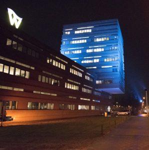 Aan de noordkant van het stadhuis met de snelweg  Maasroute is de blauwe toren 's avonds een baken