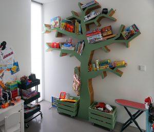 De speelkamer met de spelletjesboom die de vader van Koen Arts voor zijn kleinkinderen bouwde.