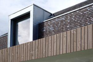 Strakke detaillering in zink, baksteen en hout