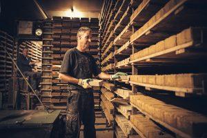 4.Na het bakken worden alle stenen met de hand gesorteerd. Het productieproces is bijzonder arbeidsintensief, daarom is het eindproduct duurder