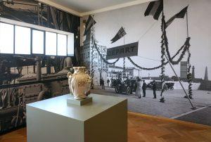 Openingszaal van de expositie in het Gemeentemuseum: fabrieken en autoraces. Foto Jacqueline Knudsen