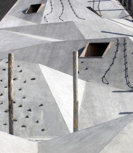 Schubert heeft een betonnen prismatisch vlak over de berg 'gedrapeerd', dat ruimte biedt aan een eindeloze variatie aan spelmogelijkheden en refereert aan het harde werk van de oude mijnwerkers. Foto Benoit Meeus