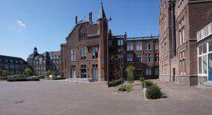 Entreegevel DUWO Delft. Recht de vleugel met PhD House. Geheel rechts de oude directeurswoning, nu verbouwd tot verhuur kantoor. Foto Jacqueline Knudsen