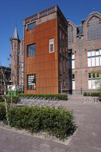 Cortenstalen 'pleister'op de wonde: hier is het voormalige IJzervrije laboratorium afgebroken. Foto Jacqueline Knudsen