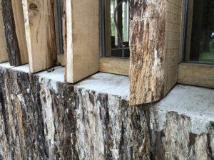 De balken met bastdelen zijn verwerkt tot glaslatten.