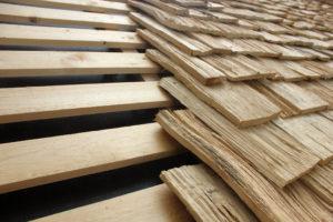 De korte stukken eikenhout zijn gekloofd tot schaliën en als dakspanen op het dak verwerkt