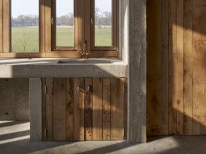 Het interieur van de schuur heeft van binnen en buiten een robuust aanzien