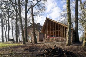 Naast de boerderij bouwden het architecten echtpaar een schuur van eikenhout van eigen erf