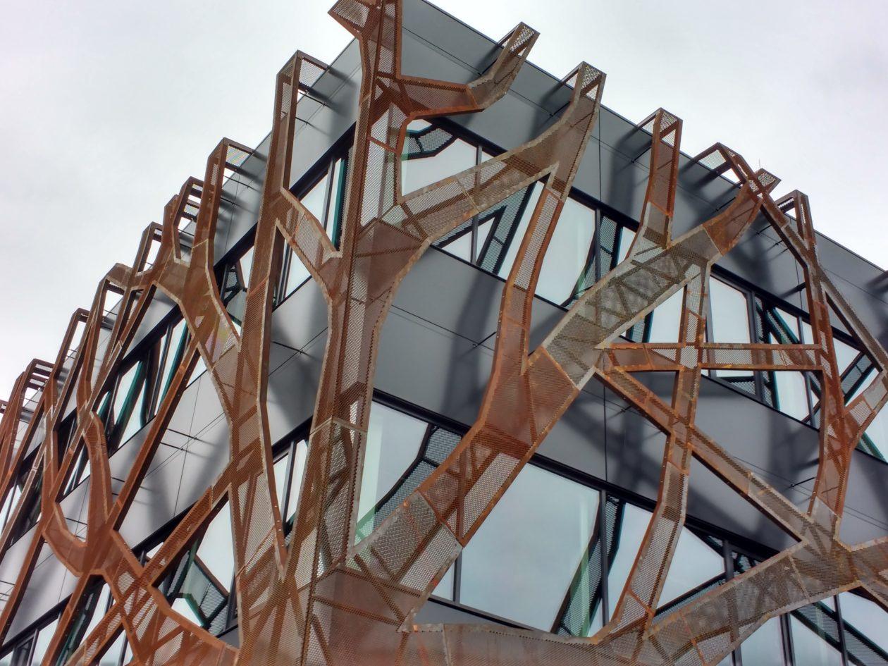 Gevel van bomen in cortenstaal architectuur.nl