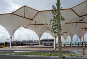 Busstation, architectenbureau AnnA, op de achtergrond Station Utrecht Leidsche Rijn, Movares.