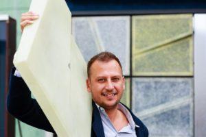Reinier Bosch van Studio Solarix bij de testopstelling.