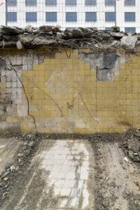 Aan het nog natte betonoppervlak heeft Koenen stukjes gekleurd keramisch materiaal en andere stenen toegevoegd, afkomstig uit gesloopte onderdelen van de Sphinxfabriek