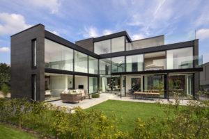 Puien in glas en aluminium aan de tuin